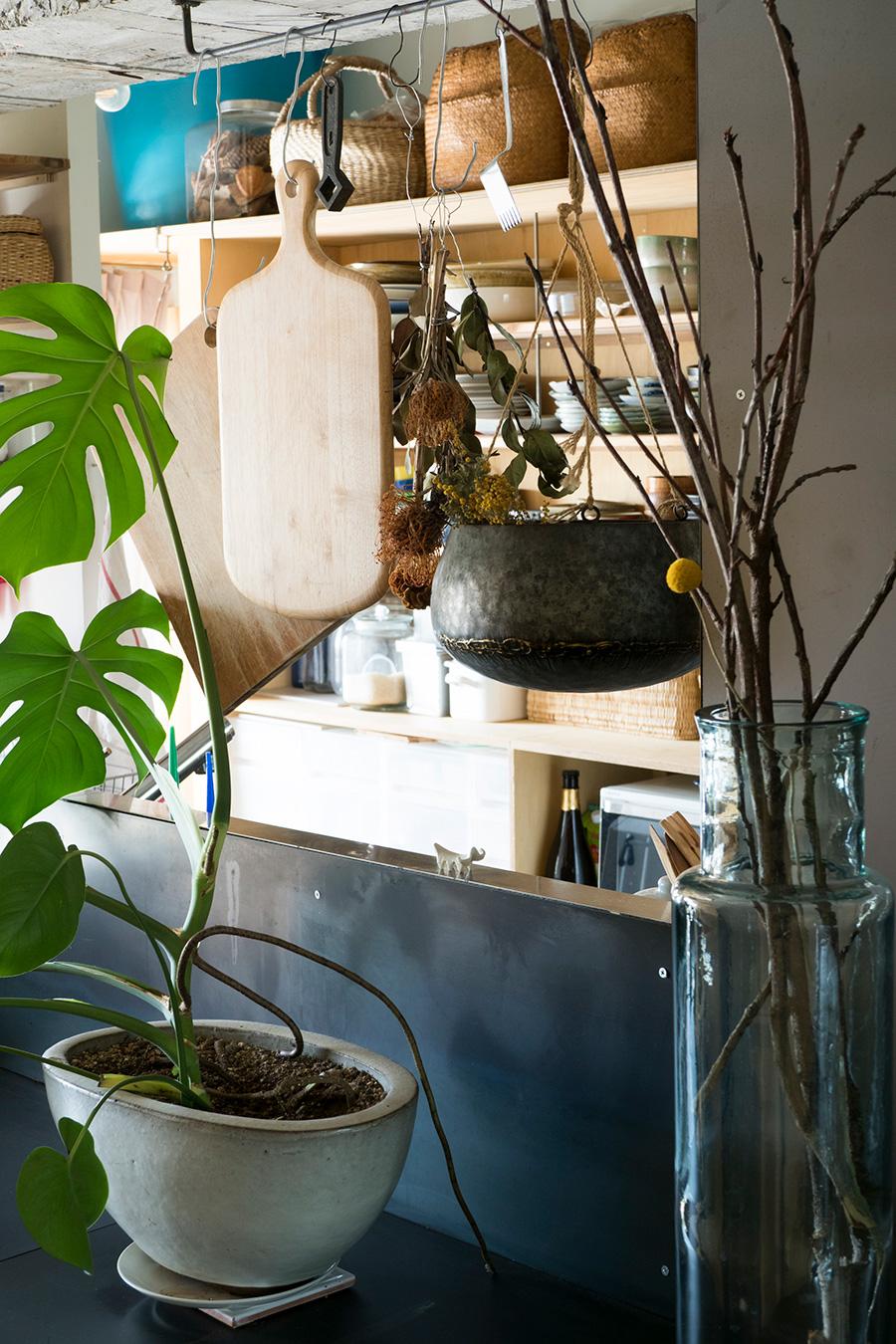 キッチンでの作業をほどよく隠す吊り収納。カゴバッグも収納に活用。