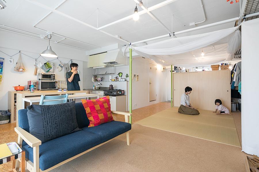仕切りのないワンルーム。床は全体にOSBを貼った上で、現在の暮らしに合わせて置き畳とコルクタイルを敷いている。