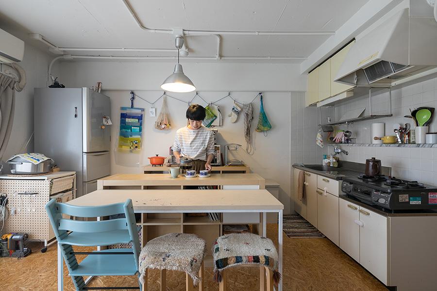 キッチンの設備は既存のまま。ダイニングテーブルは、プロツールを使ってDIYができる「中原工房」で俊大さんが製作した。