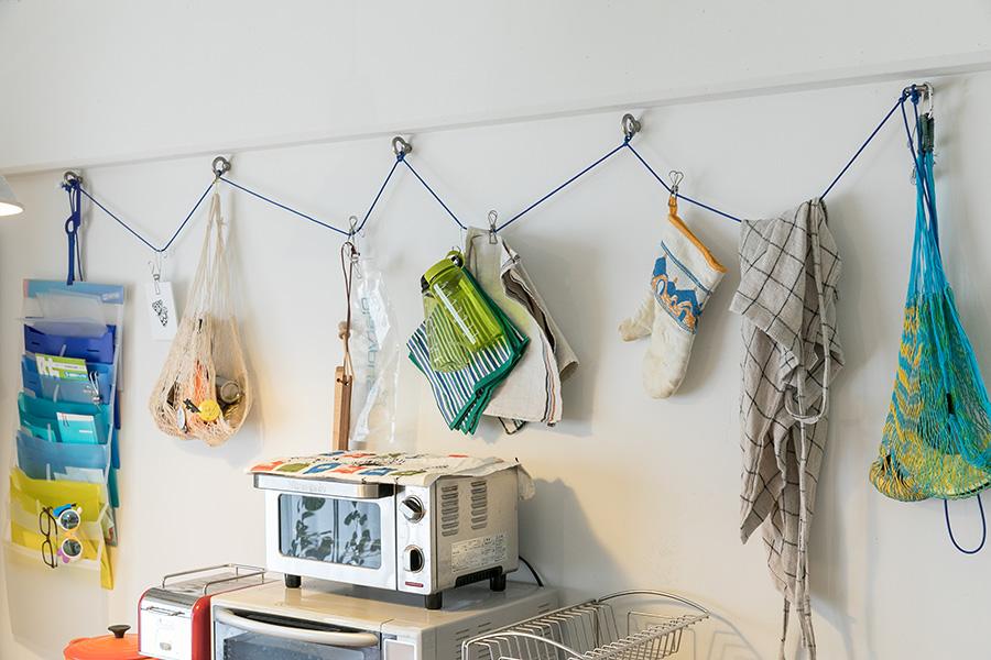 キッチンの壁にはボルトを打ち、登山ロープを通して、ミトンなどの雑貨を吊るす。