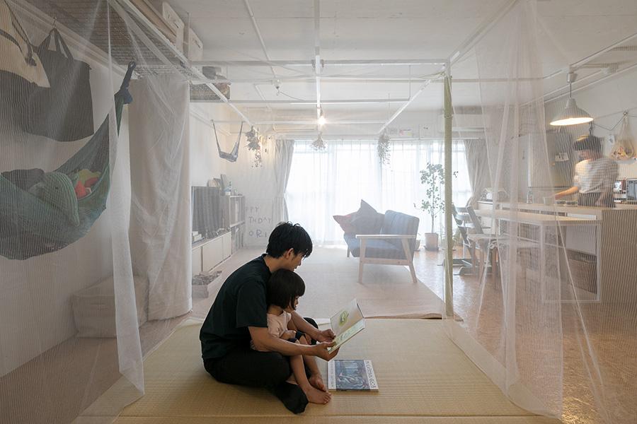 蚊帳の中にいる人からは見えるのは、こんな景色。外にいる人の気配が感じられる。