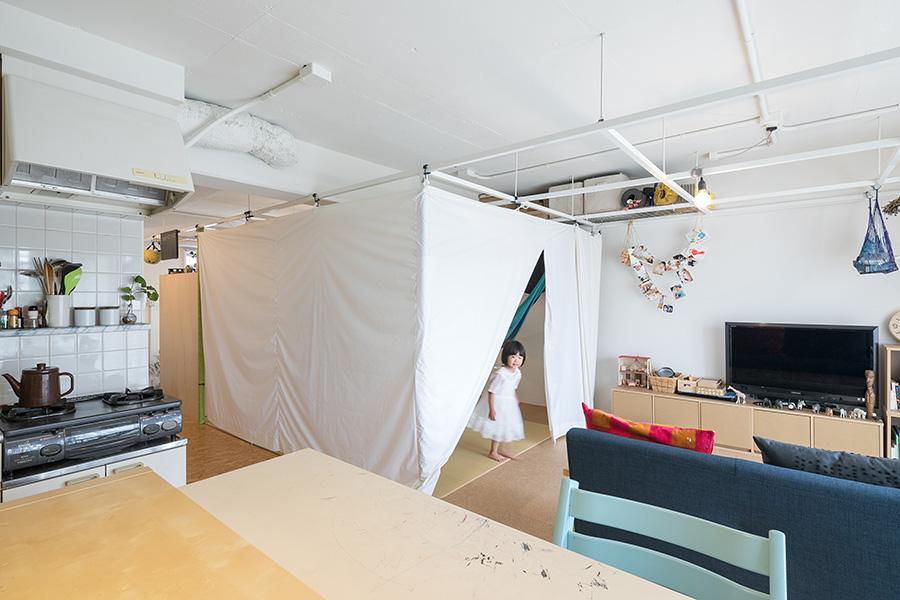 テント生地を下ろせば、断熱性があり冬も暖かく寝られる。ジップで出入り口が開閉でき、秘密基地のようなワクワク感も。