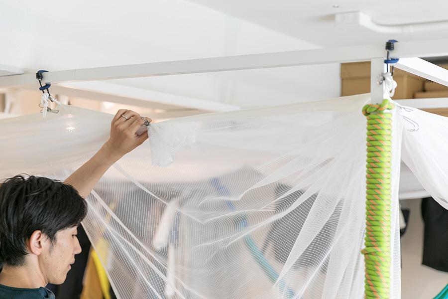 蚊帳を上げるときはクリップで留めるだけのシンプルな仕組み。