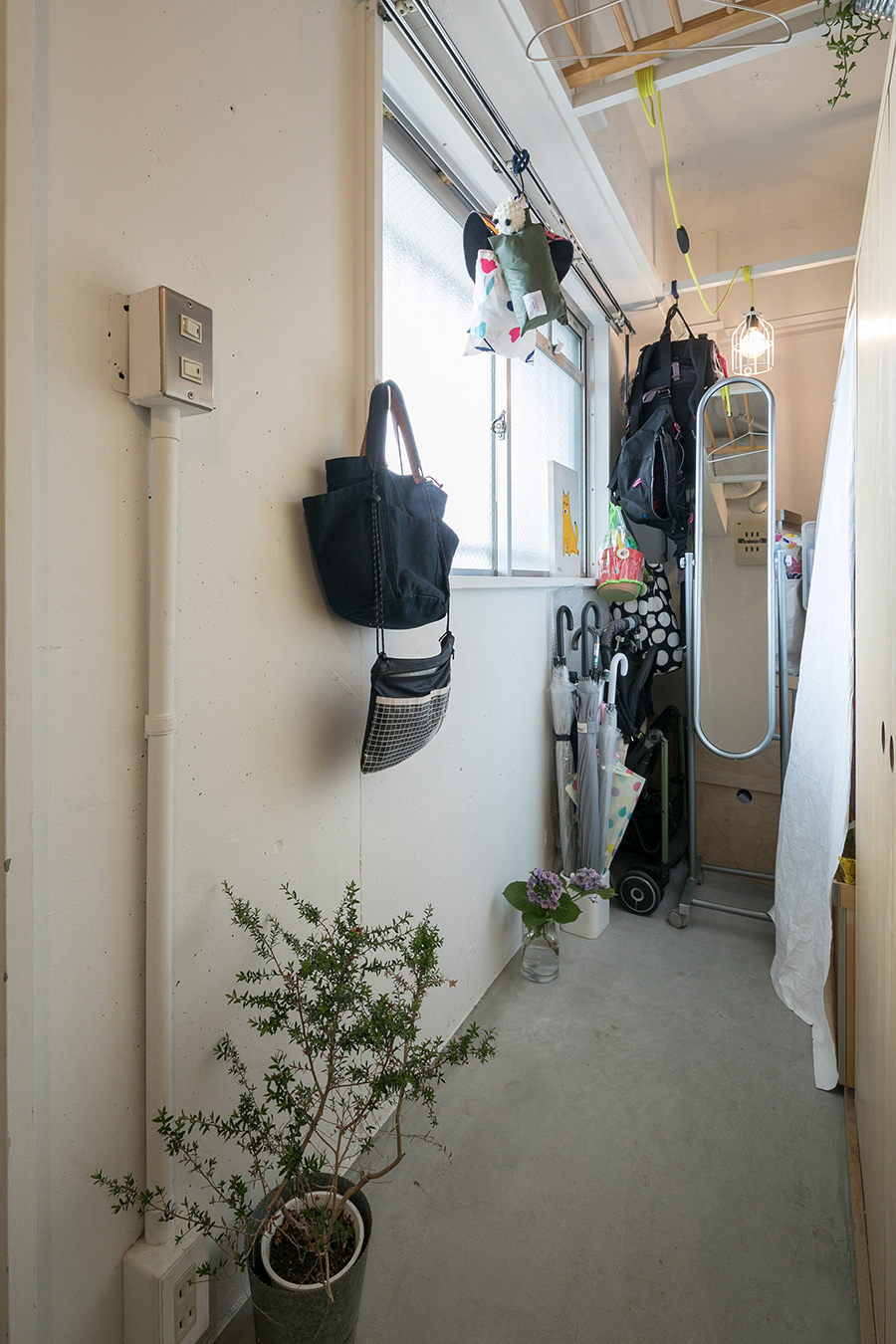 既存の居室の一部を玄関とつながる土間に。ともに登山が趣味の夫妻のアウトドアグッズを置いたり、濡れたレインコートを気にせず掛けておける。