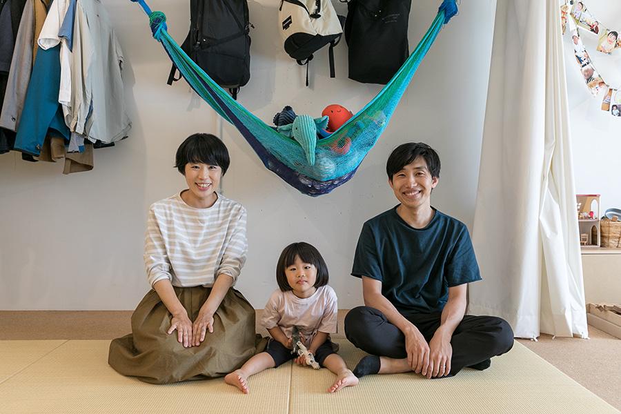 イラストと同じポーズでパチリ。栞ちゃんはお気に入りのシロクマとサイを持って。