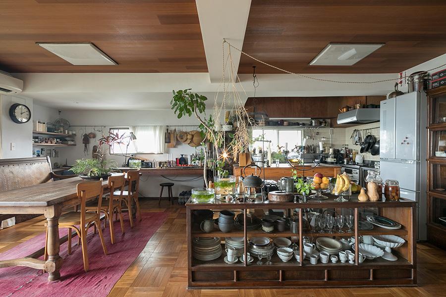 手前は和家具の食器棚。「キッチンは扉だけラワン材に変えました」