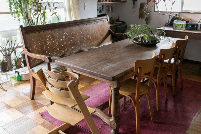 南フランスのダイニングテーブルに、レストランで使う業務用のイスを並べた。「長椅子はフランスのチャーチチェアだと思います」
