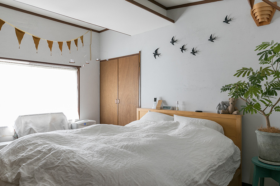 鳥が気持ちよく空を飛ぶ寝室。寝室の壁も炭漆喰仕上げ。