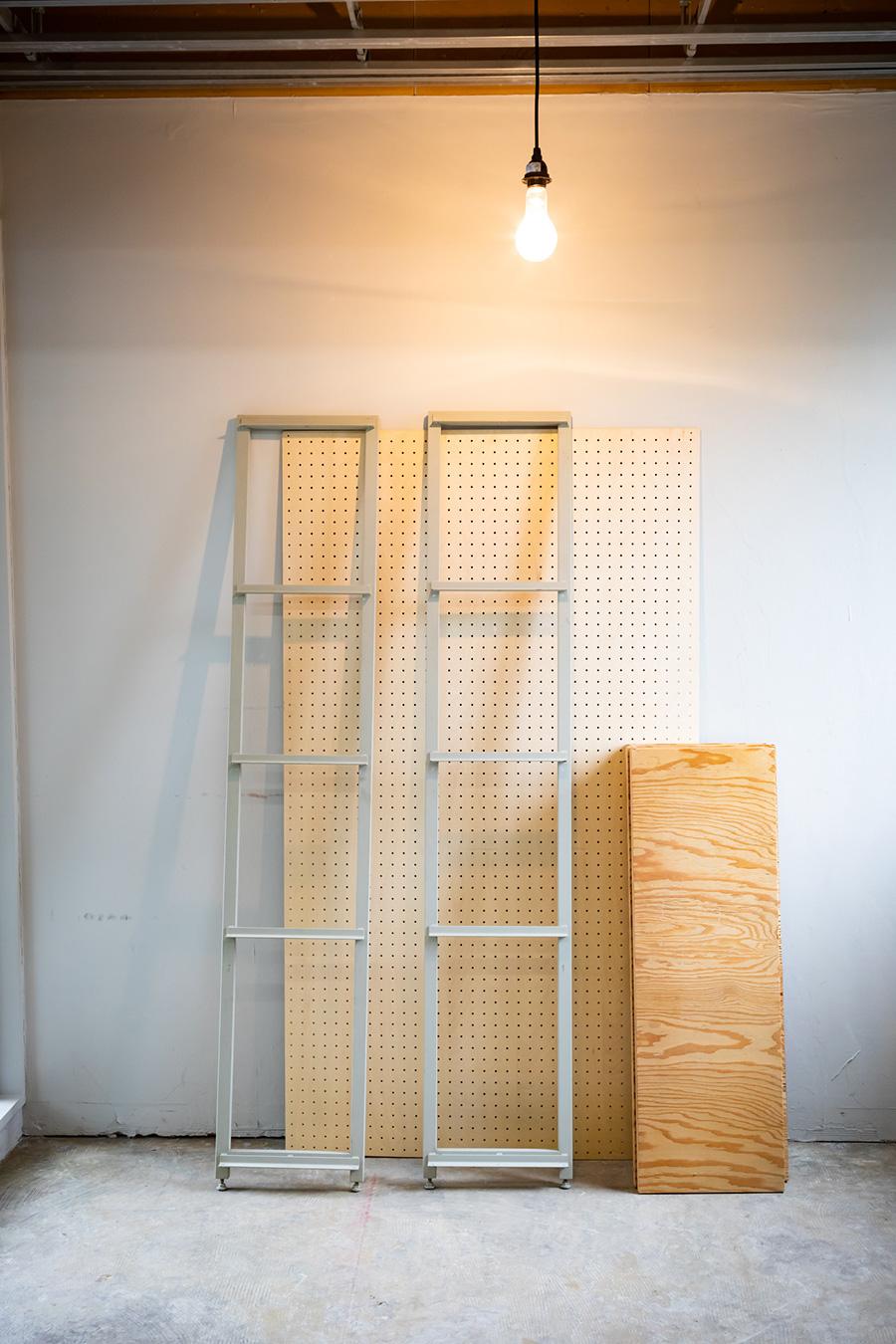 【準備するもの①】 〈Shelf Ladder ver.2〉で販売しているのは、棚の両サイドのスチールの部分。5枚の棚板と、1枚の背板は、好みの長さ、好きな素材のものを準備する。