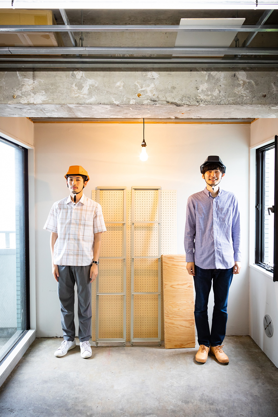 【準備するもの②】 人員2名。ひとりでも組み立てられるが、片側を支えてもらいながら組み立てたほうが作業効率が格段によくなる。