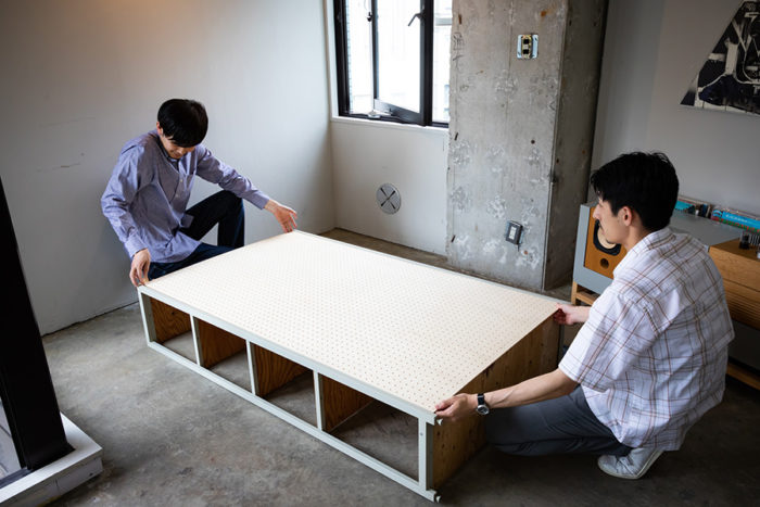 5枚の棚板をつけ終わったら、棚を倒して、背板を取り付けていく。