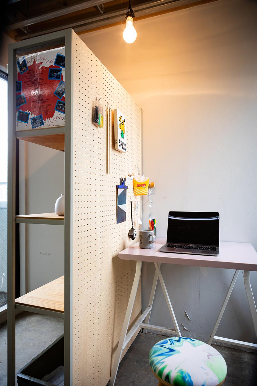 本棚を空間のパーティションとして使ってもいい。背板を有孔ボードにすれば、背面も有効に使える。