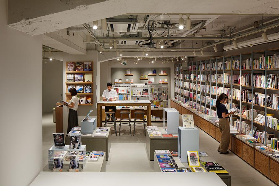 『SNARK』が内装を手がけた書店。向かって右側の本棚のように、連結させれば壁一面に巨大な棚を作ることも可能だ。