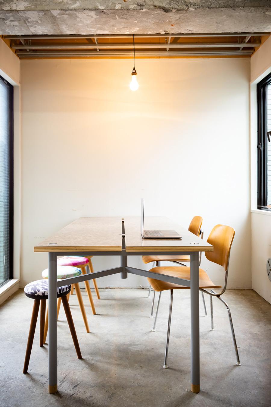 会議室のテーブルにピッタリな、中央に溝のあるタイプのテーブル。好きな材質の天板を2枚用意する。