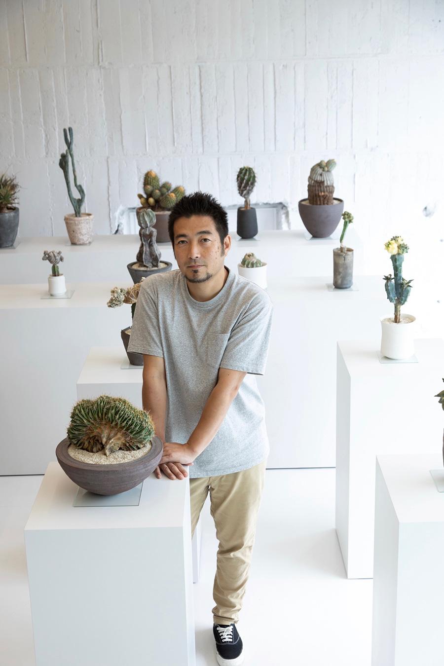 店主の小田康平さん。 大学卒業後、海外放浪生活中に出会ったフラワーアーティストによる空間演出に感銘を受け、2012年に独自の美しさを提案する植物屋「 叢 – Qusamura 」を設立。