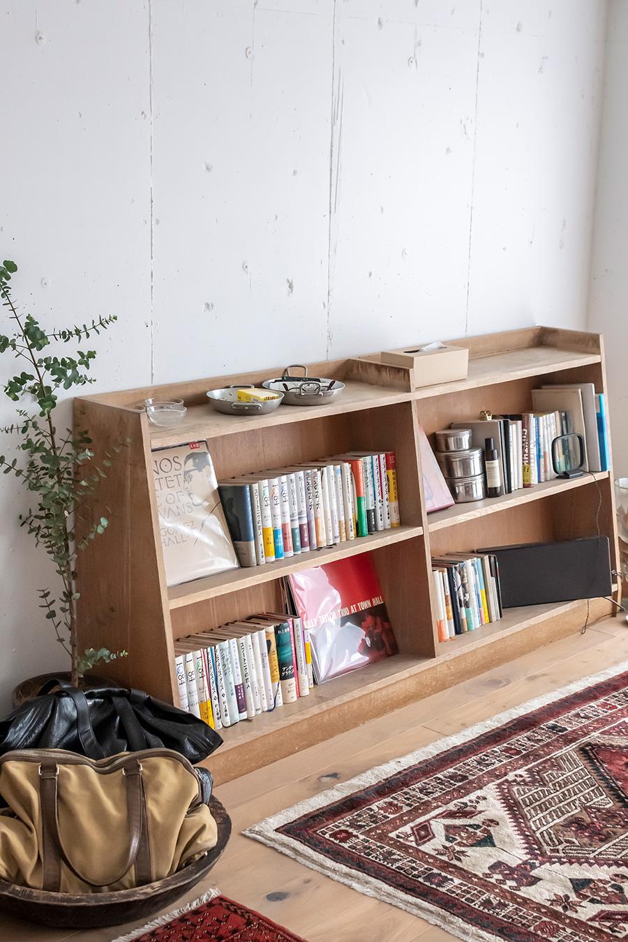 横長の本棚は、学校の図書室で使われていたもの。