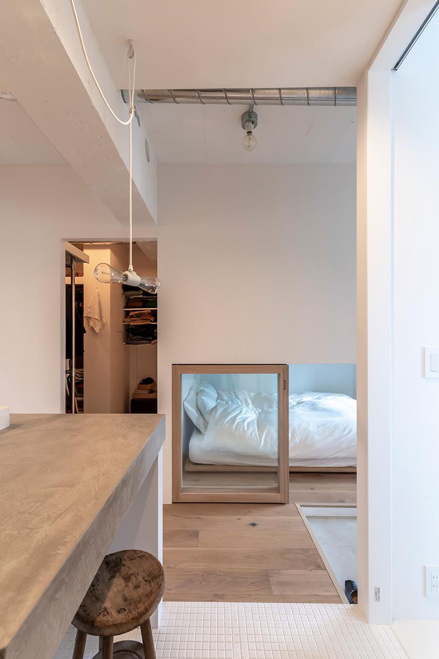 洗面島から寝室への眺め。