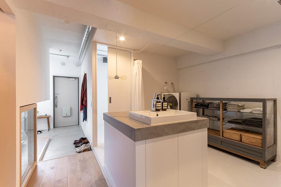 部屋の中央には洗面台ならぬ、洗面島が。