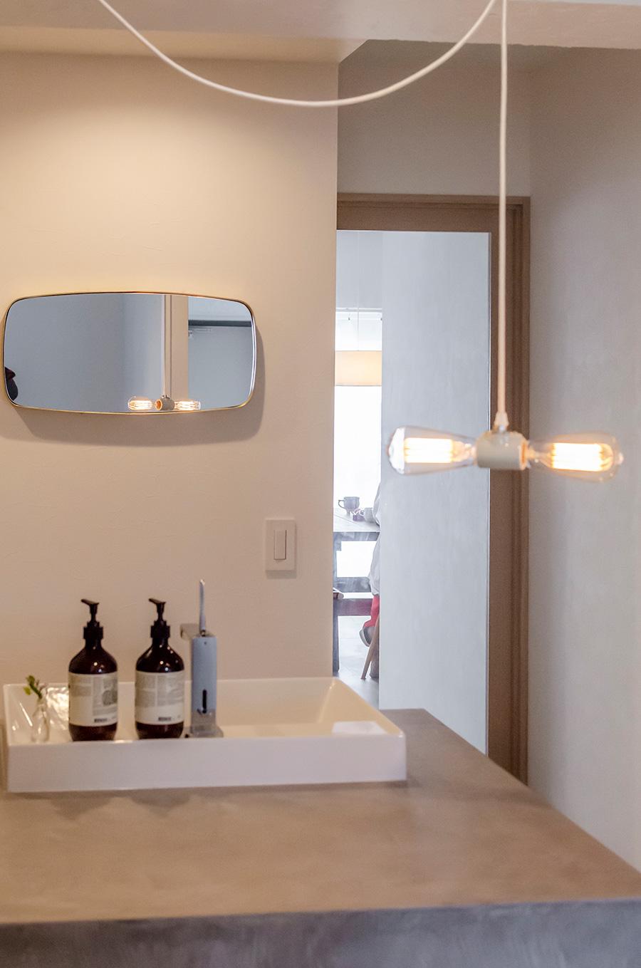 楕円形の鏡は「Orné de Feuilles」で購入。