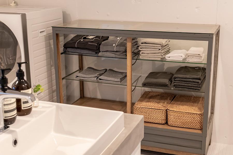 店舗什器だったガラス棚にタオルを収納。