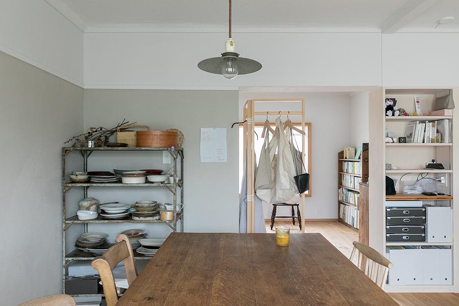 LDKの壁面のグレーの部分は、湿気に弱いという藤原さん自ら珪藻土を塗った。この淡い色合いが、古い家具と新しい木目をつなぐ。