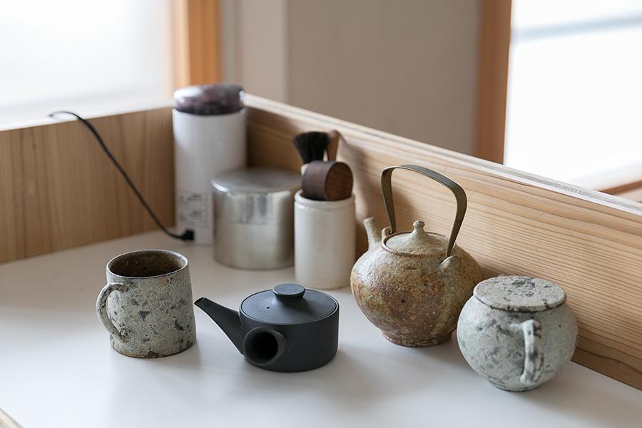 藤原さんが普段使う茶器たち。カウンター上は、多少ものを置いても向こう側からは見えない。