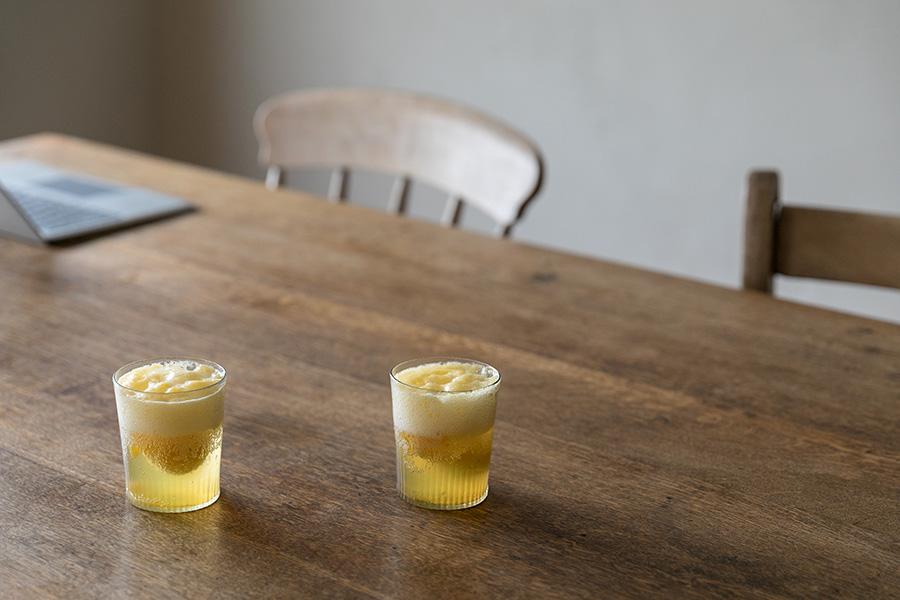 ダイニングテーブルには、どんな天気の日でもやわらかい光が届く。グラスには藤原さんお手製の梅ジュース。