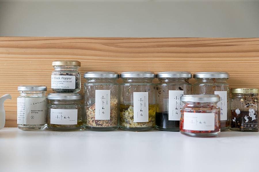 藤原さんがつくり販売している数々の調味料たち。
