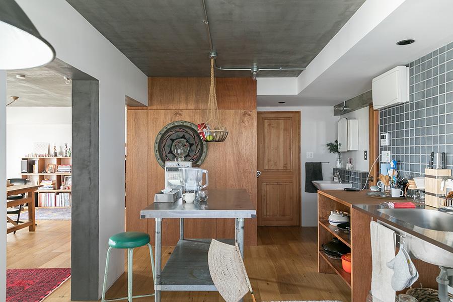 白にペイントした壁とモルタルのグレー、ラワン材とタイル、その4つの壁材のバランスが抜群。部屋の中央の壁にラワン材をはることは最後の最後に決めたのだそう。