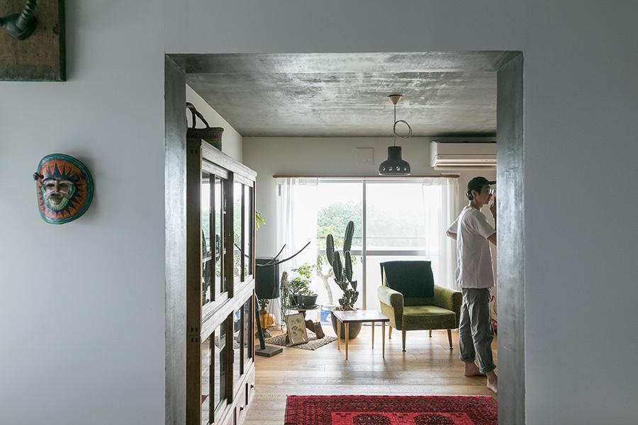 キッチン側はコンクリートの壁を白に塗装。「色は白すぎないグレーっぽいつや消しの白にしました」