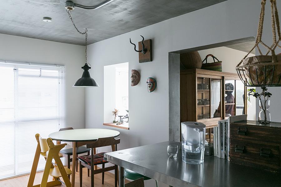 「オランダ製の丸テーブルは最近買ったものです。家族の食事はここでとります」