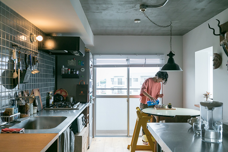 キッチンにはオプションでダークブルーの古窯タイルをはった。