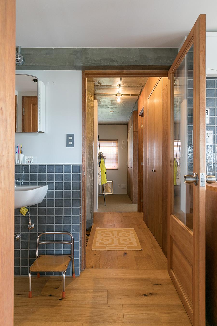 リビングと玄関の間のパイン材の扉は『ASSY』の標準仕様のもの。奥のスペースは、たっぷりとしたウォーキングクローゼット。床はサイザル麻をセレクト。