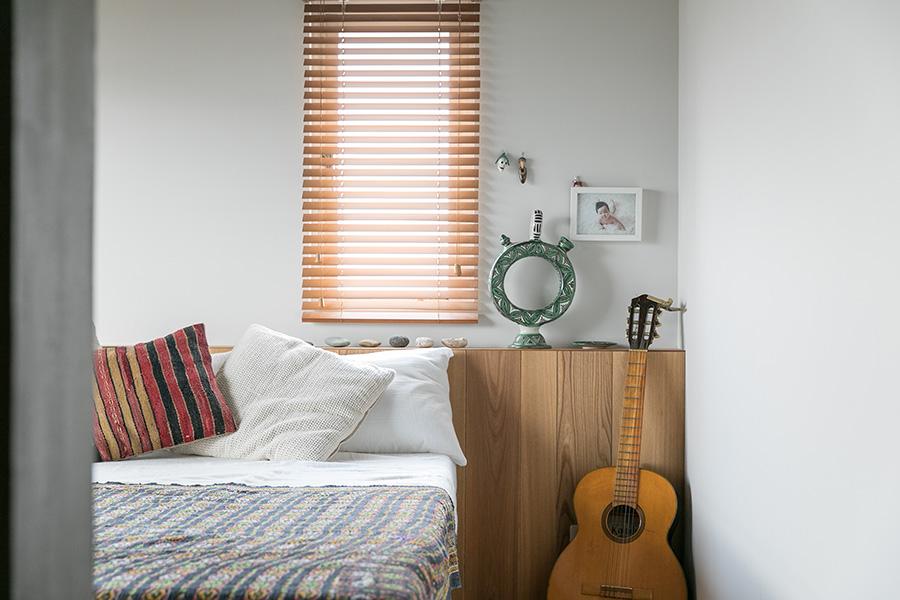 ベッドルームは、ベッドのヘッドボードになる棚が標準装備。