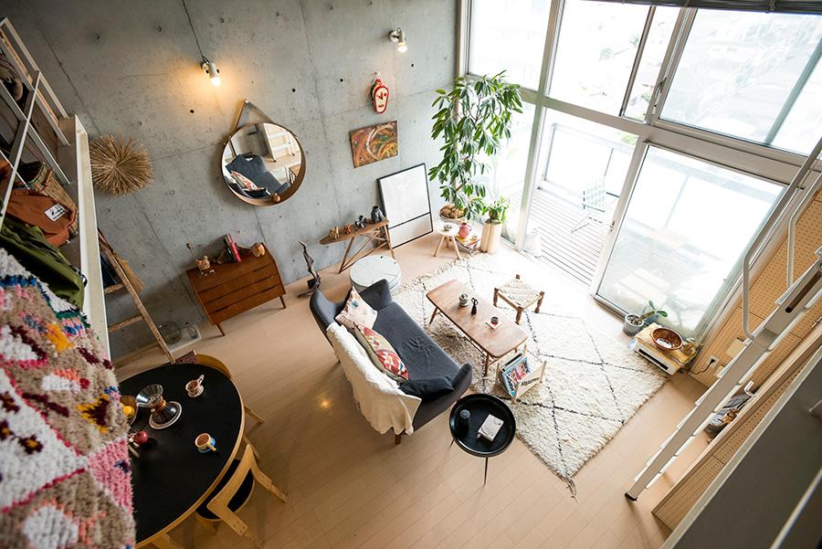 ロフトから眺めるリビング。ほぼ天井まである開口から光が室内に届けられる。