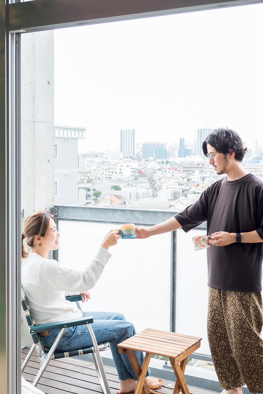 高野俊介さんと祐利恵さん。改造したバネットで、長期の旅行に出かけることも多い。