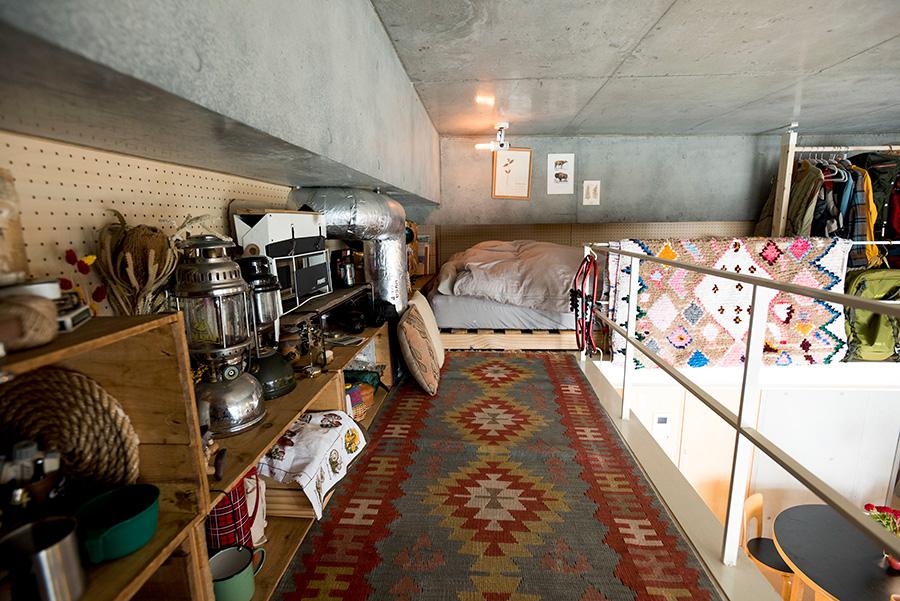 ラグを敷いて小部屋のような雰囲気に。