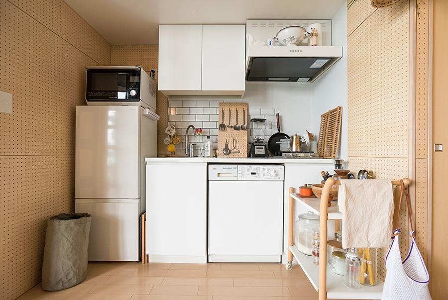 「料理するなって言われてるみたい(笑)」というコンパクトなキッチンでも、工夫を施してしっかり調理。キッチン台の下はAEGのランドリー。