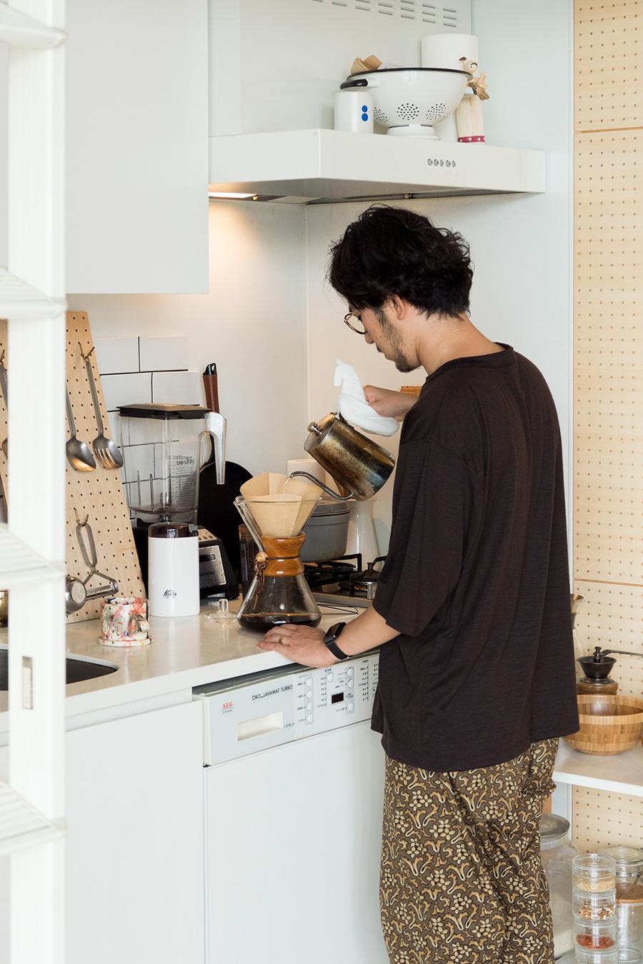 コーヒーをドリップする俊介さん。
