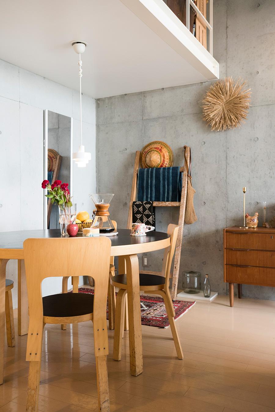 この部屋に入居して最初に購入したアアルトの円形テーブルとチェア。天板、座面の黒が空間を引き締める。