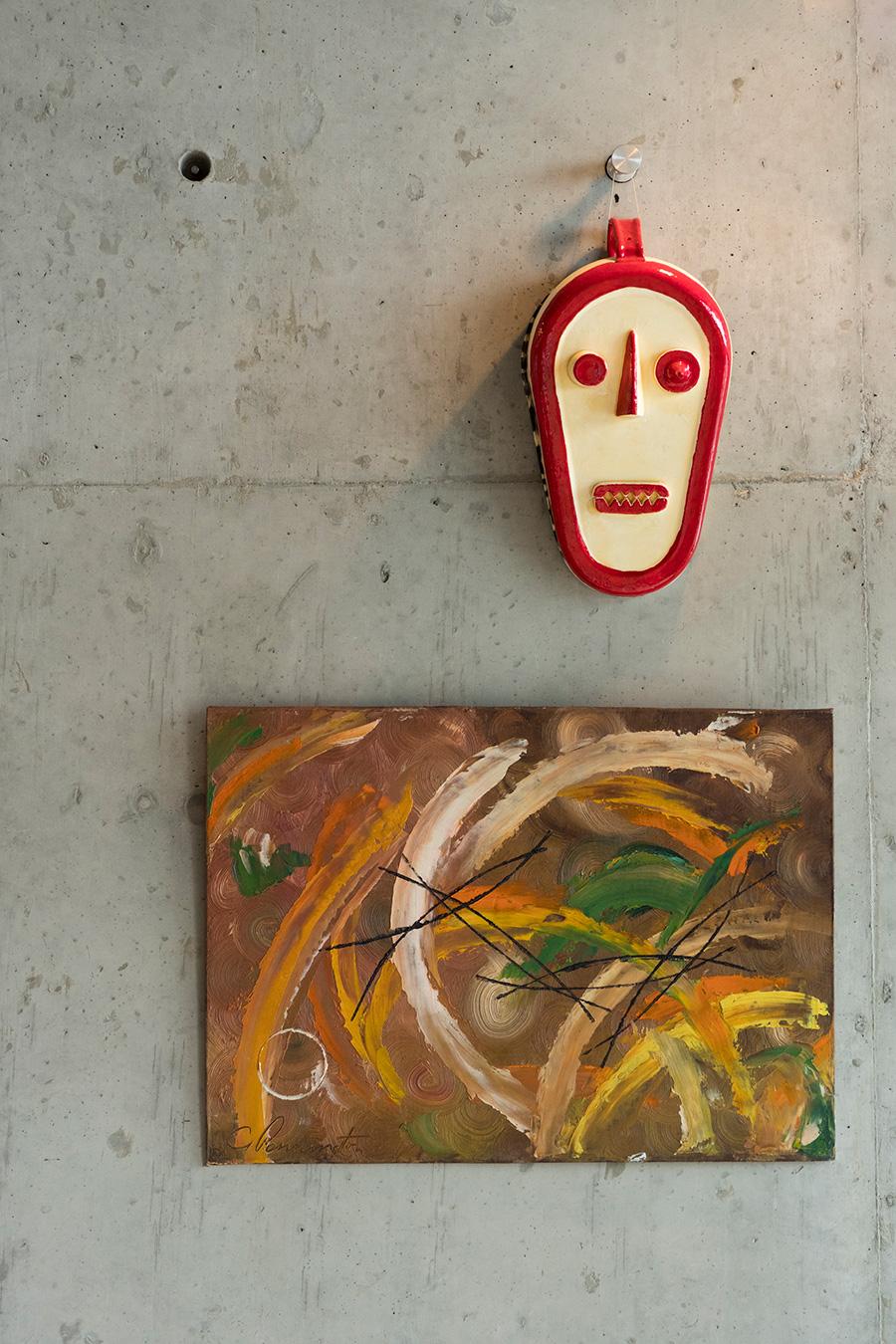 ロンドンの蚤の市で購入した名もなきアーチストの油絵。芸術家・小林眞氏のマスクのオブジェはこの部屋のアクセント。