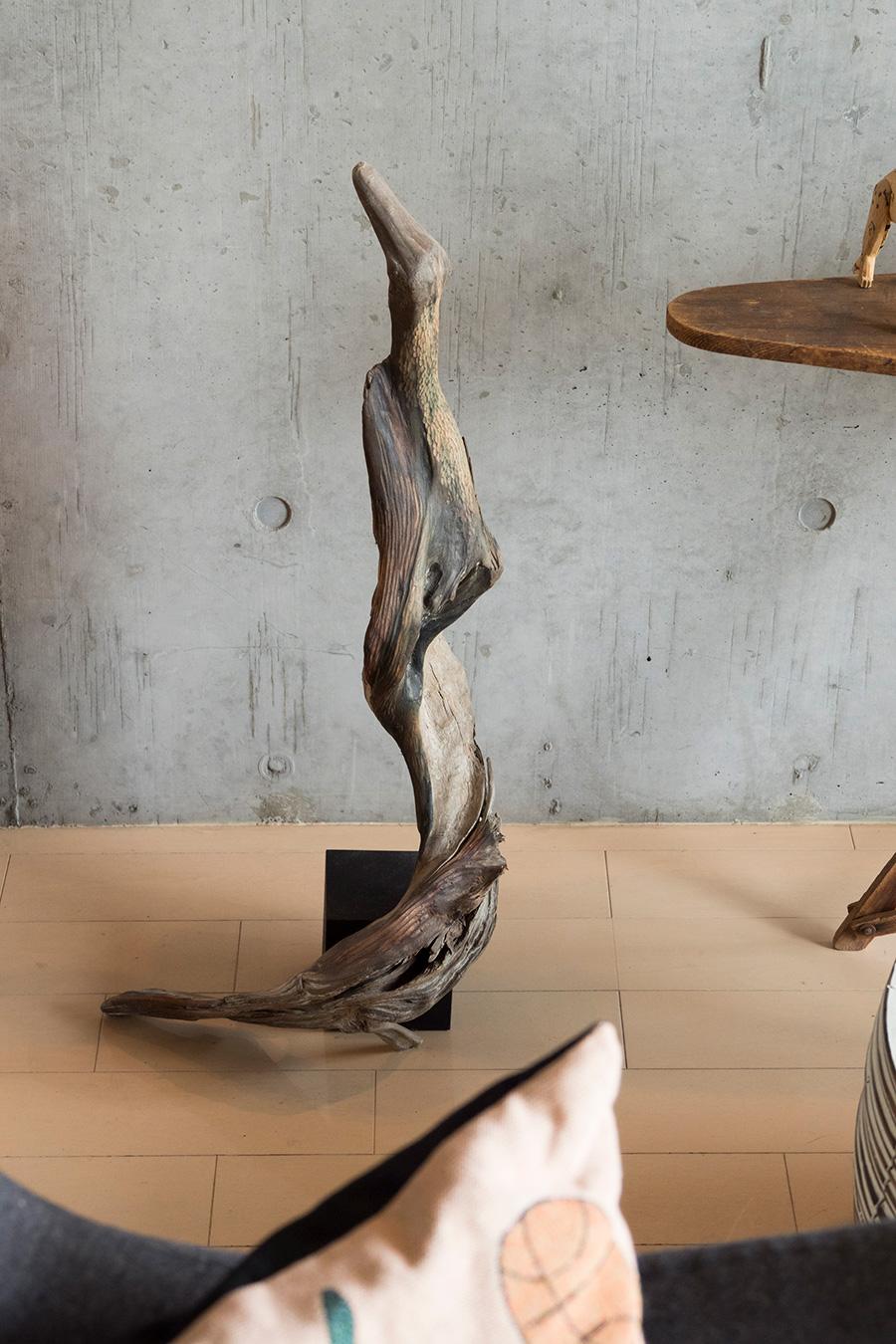 流木を使ったアート。クチバシとウロコから鳥を模したものと思われる。「何か惹かれるものがあったんです」。