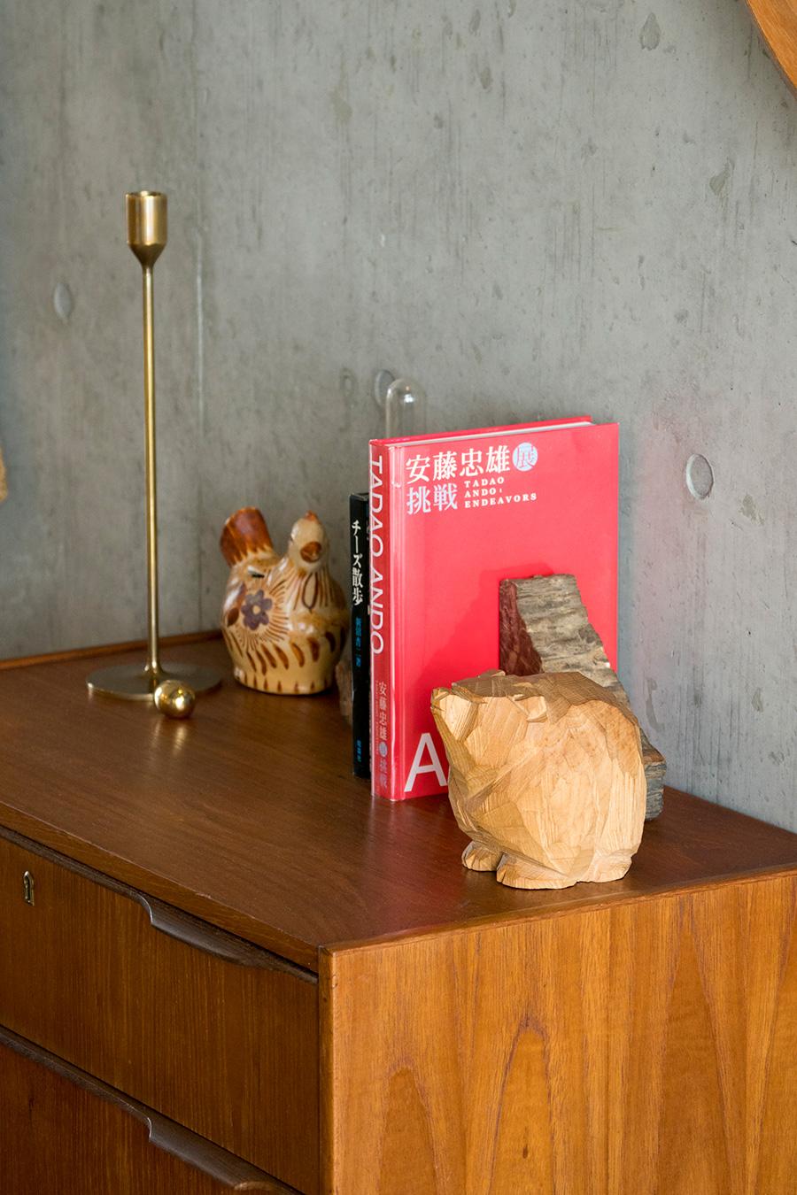 北海道で買った木彫りのクマは、柴崎重行氏の作品。安藤忠雄氏の本は、祐利恵さんのお父さんから俊介さんへのプレゼント。