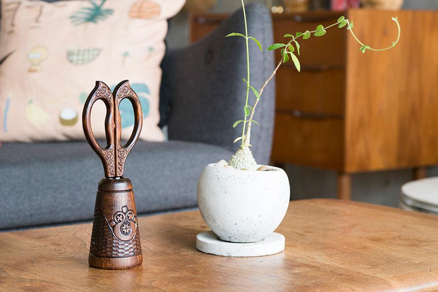 瀬尾健一氏の木彫りのハサミは、アイヌのアーティストのお店で。手の込んだ彫刻が気に入っている。