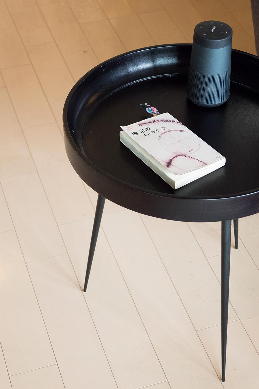 インド出身のデザイナー、アユール・カスリワルのBowl Table。収穫後のマンゴーの木を使用したエシカルな作品。