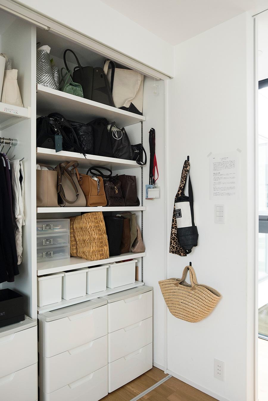 バッグ、アクセサリーからエコバッグまで、外出に必要なものを収納。壁にかけたカゴには、寝間着を入れている。