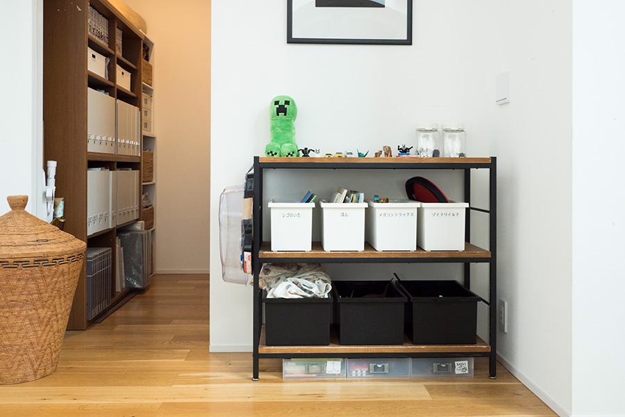 左手奥が、生活まわりの書類や雑貨をすべて収めている納戸。手前の棚は子どものおもちゃ置き場。日常的に使うので蓋は使用していない。