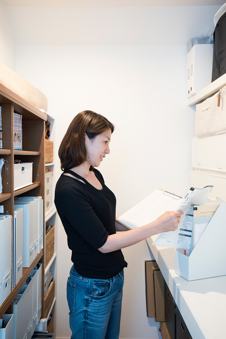 納戸の中に、腰の高さの台を設置。ファイルケースごと取り出して載せられるところが便利。