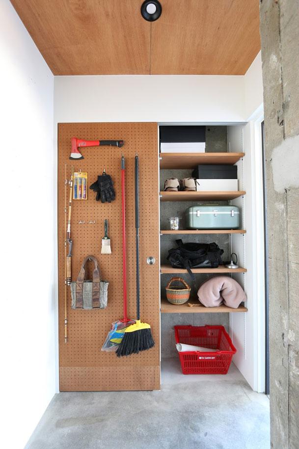 ラワン材の有孔ボードも選択できる。ストックルームの扉や洗面所の壁に使えば、日常で使うグッズを壁面収納できる。