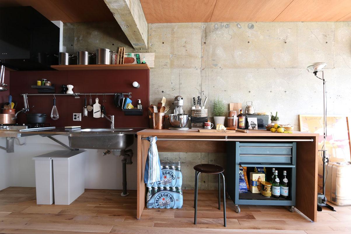 ステンレスの板を宙に浮かべたようなシンプルなキッチン。カウンターの下は自在にアレンジが可能。
